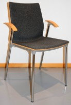 Konferansestol fra ForaForm, modell Next i grått stoff / bøk rygg og lene, krom understell, pent brukt