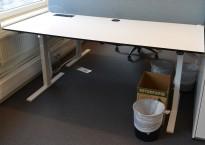 Skrivebord med elektrisk hevsenk i hvitt med sort kant fra Linak, 180x80cm, kabelluke, pent brukt