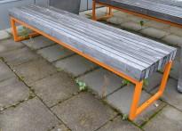 Utemøbler: Sittebenk fra Vestre, solid benk for offentlig miljø, modell: Porto, pent brukt