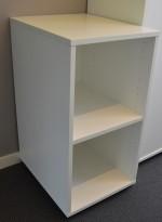 Liten ringpermrelol / sidebord i hvitt, bredde 40cm, dybde 50cm (passer A3-perm), høyde 78,5cm, pent brukt