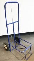 Tralle i blålakkert metall, for flytting av stabler med stoler el.l., brukt