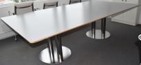 Stort møtebord i lys grå, krom understell, 256x140cm, passer for 8-10 personer, pent brukt