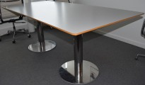 Møtebord i lys grå, krom understell, 200x90cm, passer for 6-8 personer, pent brukt