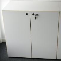 Hvitt skap med dører fra Fantoni, 2 permhøyder 80cm bredde, 47cm dybde, 82cm høyde, pent brukt