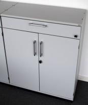Kinnarps E-serie ringpermreol med dører, lys grå, skuff og åpen topp, 98cm høyde, pent brukt