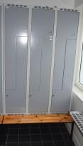 Garderobeskap i stål med benk og Z-dører i lys grå, 6 rom. 120cm bredde, 37cm dybde, 218,5 høyde