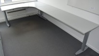 Kinnarps T-serie elektrisk hevsenk hjørneskrivebord i lys grå, 180x340cm, pent brukt