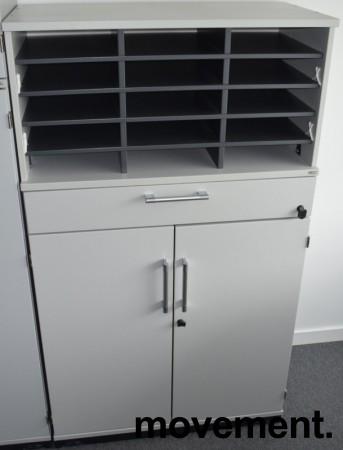 Kinnarps E-serie ringpermreol med dører i lys grå, skuff og postinnsats med 15 rom, 137,5cm høyde, pent brukt