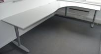 Kinnarps hjørneløsning skrivebord i lys grå, 280x200cm, sving på høyre side, T-serie, pent brukt