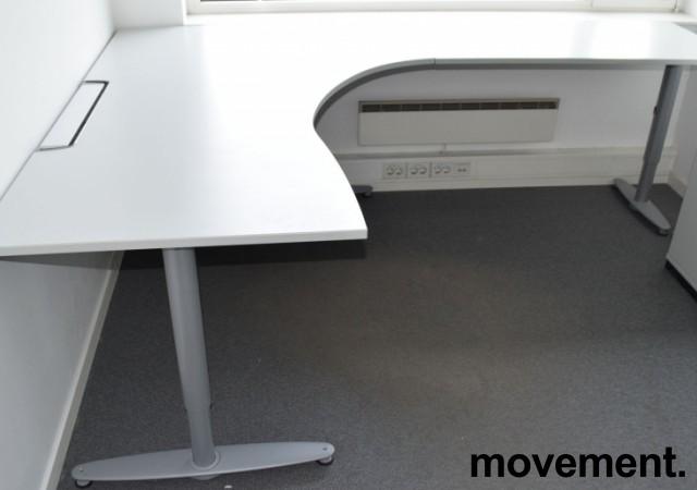 Kinnarps hjørneløsning skrivebord i lys grå, 180x240cm, sving på høyre side, T-serie, pent brukt bilde 2