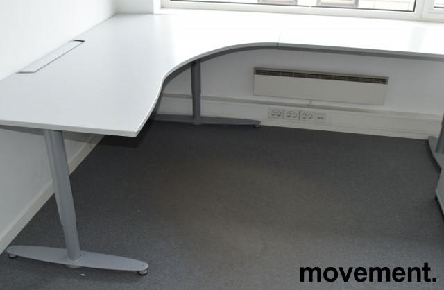 Kinnarps hjørneløsning skrivebord i lys grå, 180x240cm, sving på høyre side, T-serie, pent brukt bilde 1