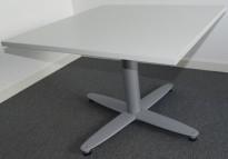 Loungebord i lysegrå laminat / grålakkert metallunderstell fra Kinnarps, T-serie, 80x80cm, 55cm høyde, pent brukt