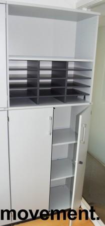Kinnarps E-serie ringpermreol med dører i lys grå, skuff og postinnsats med 15 rom, 203,5cm høyde, pent brukt bilde 2
