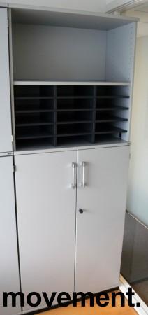 Kinnarps E-serie ringpermreol med dører i lys grå, skuff og postinnsats med 15 rom, 203,5cm høyde, pent brukt bilde 1