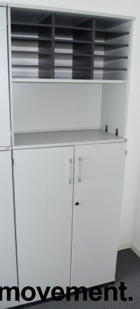 Kinnarps E-serie ringpermreol med dører i lys grå, skuff og postinnsats med 15 rom, 203,5cm høyde, pent brukt bilde 3