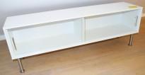 Lav skjenk / mediemøbel i hvitt med skyvedører i glass, bredde 120cm, høyde 42cm, pent brukt