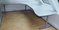 Kinnarps hjørneløsning skrivebord i lys grå, 240x291cm, sving på venstre side, T-serie, pent brukt