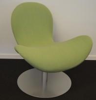 Loungestol fra Martela: Modell Fly Me, grønt stoff med satin base, swingback, pent brukt utstillingsmodell
