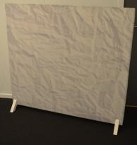 """Frittstående, lyddempende skillevegg i hvitt """"krøllete papir"""", med hvite ben, 140cm bredde, 130cm høyde, pent brukt"""