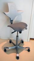 Ergonomisk kontorstol fra Håg: Capisco Puls, lyst grått stoff / hvitt / grått fotkryss, 85cm maxhøyde, pent brukt