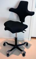 Ergonomisk kontorstol fra Håg: Capisco 8106, koksgrått stoff / sort fotkryss, 69cm maxhøyde, pent brukt