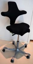 Ergonomisk kontorstol fra Håg: Capisco 8106, stort stoff / grått fotkryss, 69cm maxhøyde, pent brukt