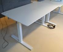 Skrivebord i hvitt, 140x80cm, hull til kabler, pent brukt
