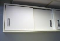 Veggskap med skyvedører i hvitt fra Sterling, bredde 80cm, høyde 38,5cm, pent brukt