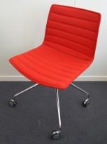 Arper Catifa 46 konferansestol på hjul, trukket i rødt ullstoff, understell i krom, pent brukt