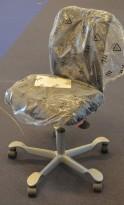 Kontorstol: Håg H05 5300 i sort, kryss i alugrått, uten armlener, pent brukt