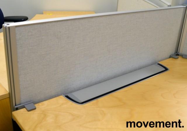 Kinnarps Rezon bordskillevegg i lys grå til kontorpult, 100cm bredde, 35cm høyde, pent brukt