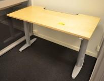Kompakt skrivebord med elektrisk hevsenk fra Kinnarps i bjerk, 120x60cm, pent brukt