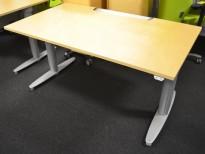 Skrivebord med elektrisk hevsenk fra Kinnarps i bjerk, 140x80cm, pent brukt