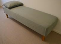 Daybed / divan i grønt stoff / eik ben, 190x60cm, høyde 49cm, pent brukt