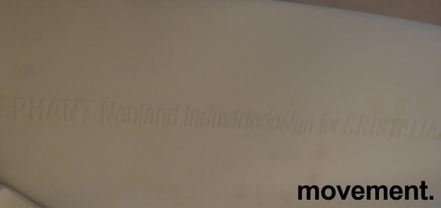 Kristalia Elephant konferansestol i hvitt med ben i hvitbeiset bøk, sittepute i grønt stoff, pent brukt bilde 3