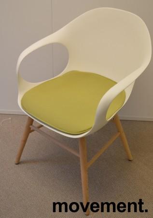 Kristalia Elephant konferansestol i hvitt med ben i hvitbeiset bøk, sittepute i grønt stoff, pent brukt bilde 1
