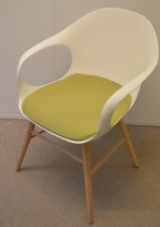 Kristalia Elephant konferansestol i hvitt med ben i hvitbeiset bøk, sittepute i grønt stoff, pent brukt
