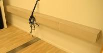 Vegghengt hylle / skjenk i gråbeiset eikefiner, bredde 294cm, høyde 17cm, pent brukt
