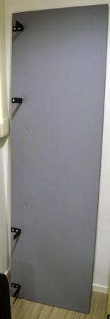 Bordskillevegg i grått stoff fra Horreds, 200x60cm, pent brukt