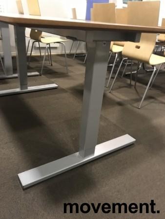 Kantinebord / rektangulært bord med lys grå plate, 140x80cm, grått understell, pent brukt bilde 3