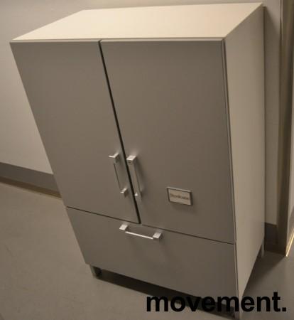 Steelcase skap med dører og skuff med hengemapper, skrog i hvitt, dører i lys grå, bredde 80cm, høyde 124cm, pent brukt bilde 1