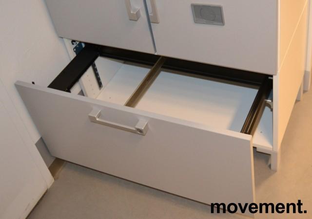 Steelcase skap med dører og skuff med hengemapper, skrog i hvitt, dører i lys grå, bredde 80cm, høyde 124cm, pent brukt bilde 3