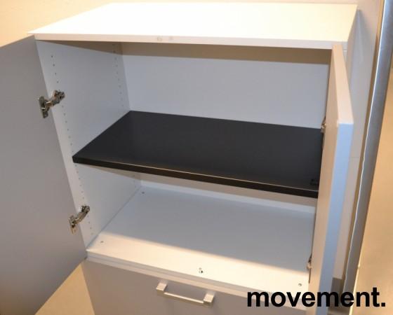 Steelcase skap med dører og skuff med hengemapper, skrog i hvitt, dører i lys grå, bredde 80cm, høyde 124cm, pent brukt bilde 2