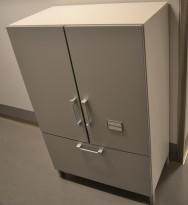 Steelcase skap med dører og skuff med hengemapper, skrog i hvitt, dører i lys grå, bredde 80cm, høyde 124cm, pent brukt