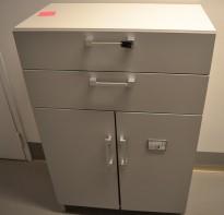 Steelcase skap med dører og 2 skuffer, skrog i hvitt, dører i lys grå, bredde 80cm, høyde 124cm, pent brukt