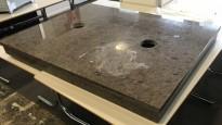 Benkeplate i stein 120x90cm, med 2 hull til kaffemaskin el.l., pent brukt