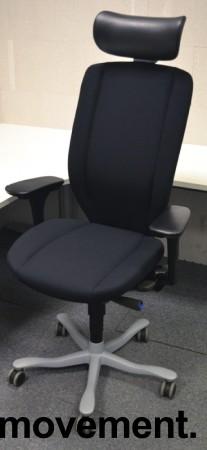 Kinnarps 9000-serie kontorstol, nytrukket i sort stoff, nakkepute i skinn, pent brukt bilde 1