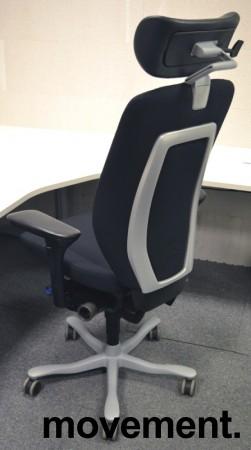 Kinnarps 9000-serie kontorstol, nytrukket i sort stoff, nakkepute i skinn, pent brukt bilde 2
