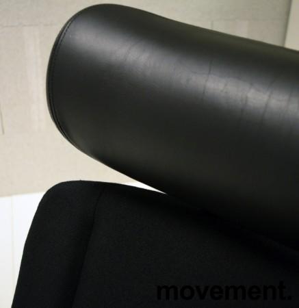 Kinnarps 9000-serie kontorstol, nytrukket i sort stoff, nakkepute i skinn, pent brukt bilde 3