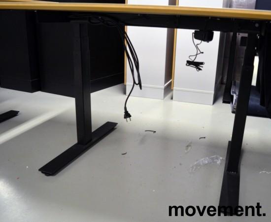 Skrivebord med elektrisk hevsenk fra Horreds, 140x90cm, gråbeige / sort, kabelluke, pent brukt bilde 4